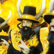 Angeklebte Bärte, Hüte und prächtige Kostüme: Rio de Janeiro ist gewiss das Zentrum des Karnevals!