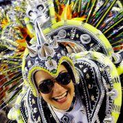 Space up your life! Unter dem Motto «Só Alegria» (Nur Freude) entfachten die Tänzer auch in der zweiten Nacht des brasilianischen Karnevals ein fantasievolles Feuerwerk froher Farben.