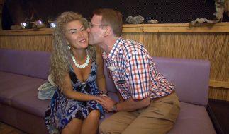Walther lässt nichts anbrennen und beglückt Mariana mit Küssen. (Foto)