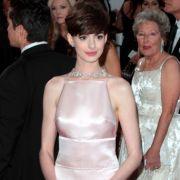 Beste Nebendarstellerin - ja, bestes Outfit - nein! Anne Hathaways roséfarbene Prada-Robe wirkt von vorn allzu bieder und blass. Bei ihr fand die Action hinten statt: mit einem tiefen Rückenausschnitt.