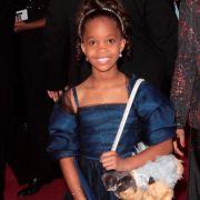 Jungstar Quvenzhane Wallis absolvierte ihre erste Oscar-Verleihung in einem dunkelblauen Armani-Kleid mit Mega-Stola.