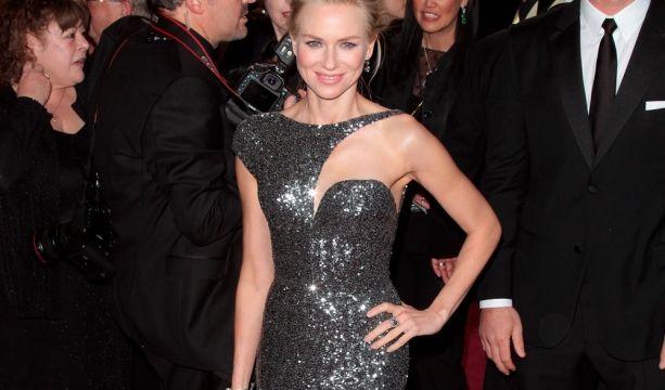 Wie Busenfreundin Nicole Kidman entschied sich auch Naomi Watts für den Discokugel-Look.