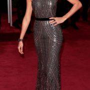 Die schulterfreie Robe von Clooney-Freundin Stacy Keibler betont den muskulösen Rücken der Ex-Wrestlerin.