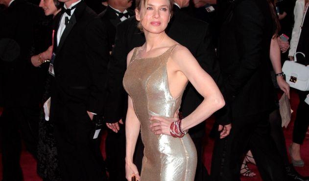 Renee Zellweger zwängte sich in ein Gold-Kleid von Carolina Herrera.
