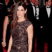Der perfekte Look: Sandra Bullock überzeugte zu den Oscars in Elie Saab Haute Couture. Die halbtransparente Robe in Schwarz-Silber ist ein echter Hingucker.