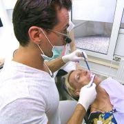 Deshalb untersucht Zahnarzt Alexander Ilbag Christins Zähne.