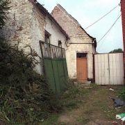 Ort des Schreckens: Das Haus von Dutroux im Sommer 1996, kurz nachdem Sabine Dardenne und ein weiteres Mädchen, das Dutroux sechs Tage zuvor entführt hatte, gerettet wurden.
