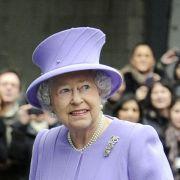 Meisterlich gekleidet: Ihren Kopfschmuck trägt die Monarchin stets sorgfältig Ton in Ton abgestimmt auf ihr Kleid.