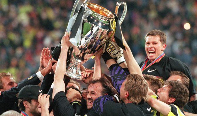 Am 28. Mai 1997 ist der BVB obenauf. Im Münchner Olympiastadion gewinnt das Team unter Ottmar Hitzfeld die Champions League. Beim 3:1 über Juventus Turin ist Lars Ricken der Star des Abends. (Foto)
