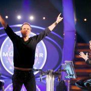 Sebastian Langrock (links) freut sich neben Moderator Günther Jauch über den Millionengewinn.