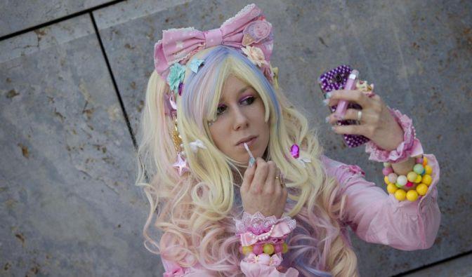 Barbie-Girl: Eine als Comic-Charakter verkleidete Cosplayerin schminkt sich vor dem großen Auftritt die Lippen nach. (Foto)