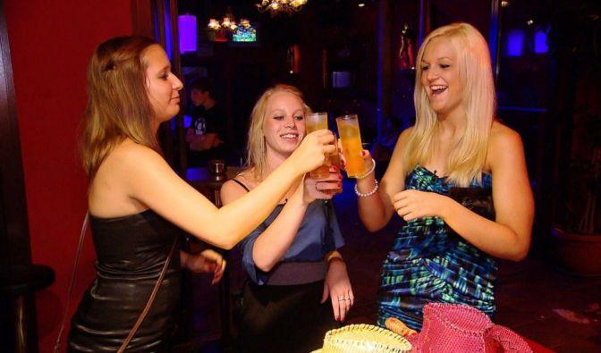 Die Mädels (v.li.:) Lisa, Annika und Sabrina stoßen auf ihren Partyurlaub an, ohne zu wissen, dass sie von ihren Eltern heimlich beobachtet werden. (Foto)