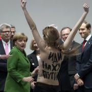 Da staunt Bundeskanzlerin Angela Merkel nicht schlecht: Femen mischte die Hannover Messe auf.