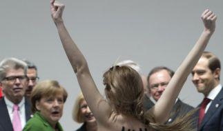 Da staunt Bundeskanzlerin Angela Merkel nicht schlecht: Femen mischte die Hannover Messe auf. (Foto)