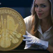 Das ist Big Phil, Europas größte Goldmünze. Wenn Sie Ihre eigene Währung kreieren wollen, können Sie auch bescheidener anfangen.