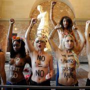 Dieselben Gesten, eine andere Location: Femen im Louvre.