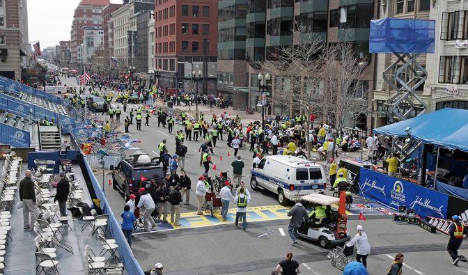 Plötzlich war das Sportliche unwichtig. Zwei verheerende Explosionen erschüttern am 15. April 2013 den 117. Boston Marathon. Mindestens drei Menschen werden getötet, mehr als 130 verletzt, als die Bomben in der Nähe der Ziellinie detonieren. (Foto)