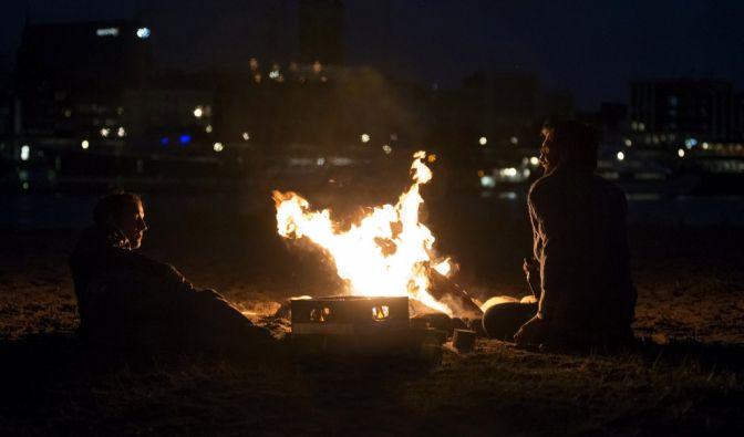 «Feuerteufel» heißt die nicht nur atmosphärisch starke - und ebenfalls in Hamburg verortete - Folge, mit der Möhring (45) seinem Freund und neuen Kollegen Til Schweiger auf dem Fuße folgt.