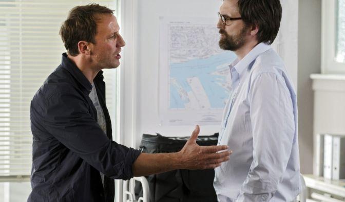 Und Hauptkommissar Thorsten Falke (Wotan Wilke Möhring), der Wohnung und Tütenmilch mit einer Katze teilt, ärgert sich über seinen Team-Kollegen Jan (Sebastian Schipper).