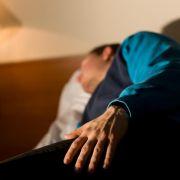Die tropische Schlafkrankheit ist anders als Narkolepsie (neurologische Erkrankung) oder die europäischen Variante (Hirnentzündung). Bei afrikanischer Trypanosomiasis fällt der Patient in einen monate- oder jahrelangen Dämmerzustand, ehe er stirbt.