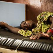 An Malaria - auch Wechselfieber genannt - tötet jährlich etwa 1,2 Millionen Menschen. In Deutschland treten pro Jahr etwa 800 Fälle auf, von denen nur etwa acht sterben.