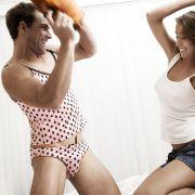 Gewöhnungsbedürftig: Dessous nun auch für Männer.