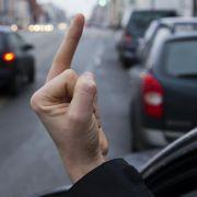 Schlechtes Benehmen im Straßenverkehr: Der sogenannte «Stinkefinger» kostet 4000 Euro.