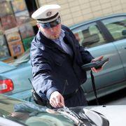 Auch wenn der Polizist vielleicht nicht im Recht ist, sollten Autofahrer ruhig bleiben und die Situation klären. Hilfreich sind Fotos und die Benennung von Zeugen.