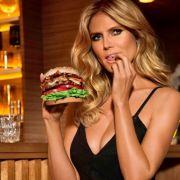 Niemand isst einen Burger so sexy (zumindest fürs Foto).