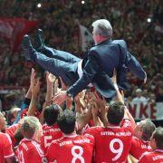 Er lebe hoch: Nach dem 3:2-Sieg gegen den VfB Stuttgart brachen beim FC Bayern München alle Dämme. Die Emotionen schlugen hoch, genauso hoch wie die Spieler ihren Triple-Terainer Jupp Heynckes schmissen.