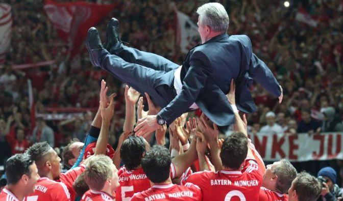 Er lebe hoch: Nach dem 3:2-Sieg gegen den VfB Stuttgart brachen beim FC Bayern München alle Dämme. Die Emotionen schlugen hoch, genauso hoch wie die Spieler ihren Triple-Terainer Jupp Heynckes schmissen. (Foto)