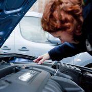 Spurensuche unter der Haube: Reparaturen bei älteren Autos können ganz schön ins Geld gehen.