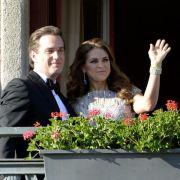 Das Brautpaar wagt sich für einen kurzen Gruß auf den Balkon des Grand Hotels.