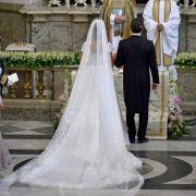 Die Braut trägt ein Kleid mit vier Meter langen Schleppe und viel Spitze - einer Prinzessin absolut würdig!