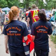 Sicherheit geht vor: Sanitäter laufen über das Festival-Gelände und behalten alles im Blick.