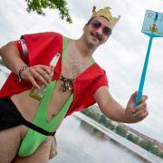 Auffallen um jeden Preis: Ob im zeigefreudigen Borat-Outfit...
