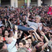 Crowdsurfing: Ein Fan genießt das Bad in der Menge.