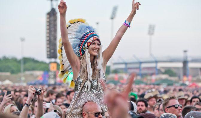 Diese heiße Indianerin genoss das Festival ganz offensichtlich in vollen Zügen.