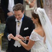 Der Ringtausch geht glatt. Kaum sind die Eheversprechen verlesen, sind Madeleine und Chris Mann und Frau.