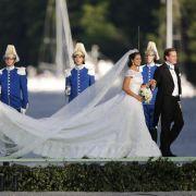 Die Braut sieht in ihrem Kleid atemberaubend schön aus und strahlt mit der Sonne um die Wette.