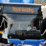 Einige Hochzeitsgäste werden mit einem Linienbus zur «Royal Wedding» gebracht.