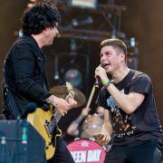 Billie Joe Armstrong (l.), Sänger und Gitarrist der US-amerikanischen Band Green Day stand mit einem Fan beim «Rock im Park» auf der Bühne.