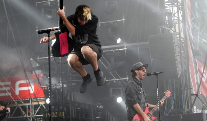 Genauso wie All Time Low-Frontmann Alex Gaskarth (r) und Gitarrist Jack Barakat.