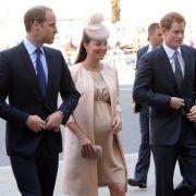 ...präsentiert Kate ihren Babybauch stolz und mit einem bezaubernden Lächeln.