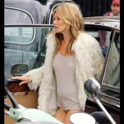 Kate Moss weiß, wie man Aufsehen erregt. Einfach das Höschen weglassen.
