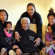 Nelson Mandela im Kreis seiner Familie: Der ANC-Kämpfer und Freiheitsheld Südafrikas ist schwer krank.