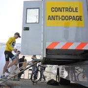 Der schmale Grat der Glaubwürdigkeit: Tour-Favorit Christopher Froome auf dem Weg zur Doping-Kontrolle auf dem Mont Ventoux.