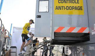 Der schmale Grat der Glaubwürdigkeit: Tour-Favorit Christopher Froome auf dem Weg zur Doping-Kontrolle auf dem Mont Ventoux. (Foto)