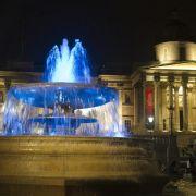 Ein Junge ist geboren:Der Brunnen auf dem Trafalgar Square in London sprudelt in Blau.