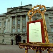 konnte am Palast die offizielle Verkündungs-Mitteilung vom Montag betrachtet werden. Diese wird nach 24 Stunden am Abend wieder abgebaut.